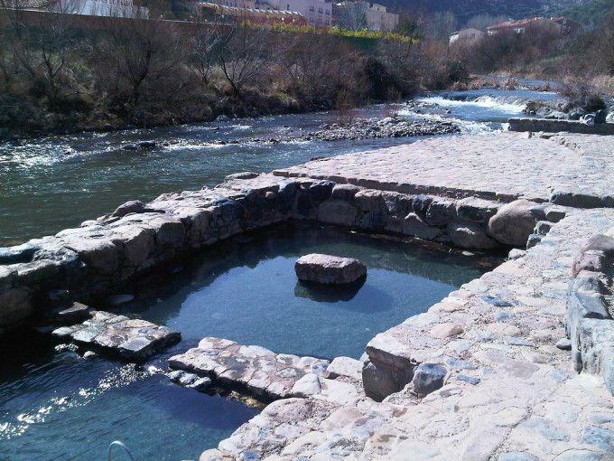 Las Fuentes de Arnedillo son pozas de acceso libre y gratuito que surgen de las entrañas de la tierra, justo al margen del curso del río Cidacos. Es un lugar muy mimado, con las pozas colocadas a modo de tres pequeñas piscina y una ducha. Sus aguas termales emergen a una temperatura de hasta 35ºC.