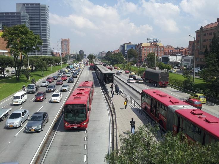 Autopista norte con calle 106, Estación de Transmilenio, Bogotá Colombia