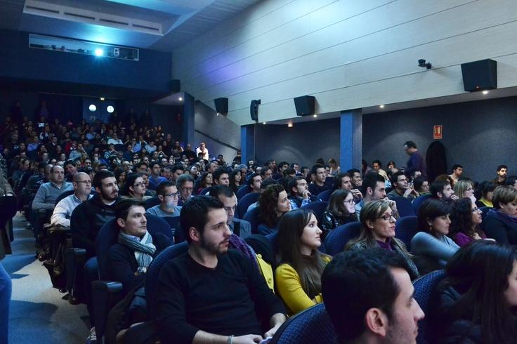 Perspectiva del público aistentes durante la Jornada de presentación de Foxize Alicante en Club Información, hablando sobre Neuromarketing y Conducta del Consumidor