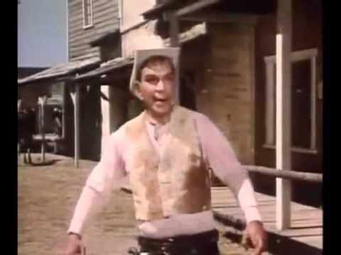 """Plano Americano. Este plano se encuentra casi como una constante en las películas del Oeste (Western), presenta al actor desde las rodillas a la cabeza. En esta secuencia de duelo de la película """"Por mis pistolas"""" (1968) se puede ver Fidencio Barenillo (Cantinflas) enfrentándose en duelo con un malvado pistolero, el plano americano permite observar las acciones del actor cuando, en este caso permite generar expectativa sobre el momento en que se desenfundan las pistolas en el duelo"""