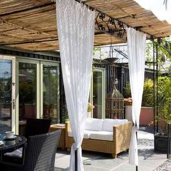 上によしず、周囲に白いカーテンという上級DIYテクニック。ガーデンパーティーも気持ちよくできそう!