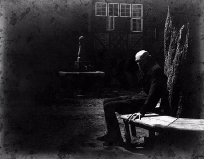 Max Schreck assis entre les prises du film muet Nosferatu: A Symphony of Horror. [1922]