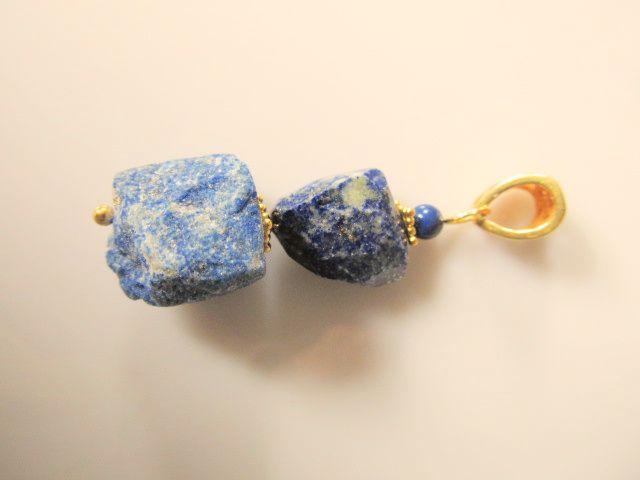Hanger Rough Lapis ruwe brok en free-facet kraal lapis lazuli met lapis tint swarovski pareltje. geheel goud op zilver. www.doloressieraden.nl