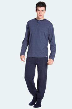 Conjunto de algodón 100%. Camiseta de color azul marino y finas rayas, cuello redondo, abierto y con botones, manga larga. combinada con pantalón largo color azul marino, con bolsillos y puño en los tobillos.