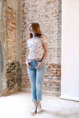 Girl power Un conjunto de una blusa blanca con estampado de labios rosados, con un pantalón claro y con desgarres y unas sandalias holográficas, confirman un conjunto más que perfecto para un día de de verano, un tanto girly con un toque de audacia.