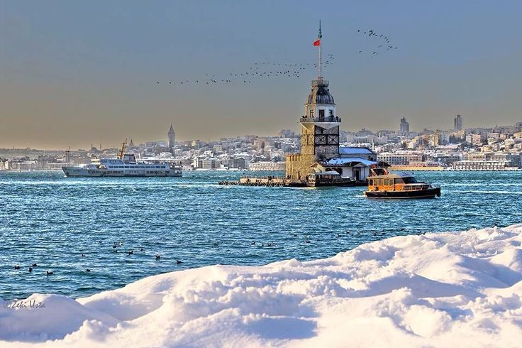 Karlar iner İstanbul'a Bir meleğin kanadında Karlar düşer İstanbul'a İstanbul kadar güzel  #istanbul #kızkulesi #marmara #beyaz by admozturk