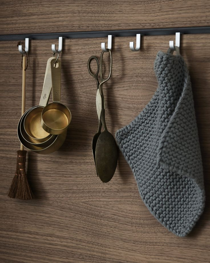 Individual hooks, porcelain containers and paper towel holders can be suspended from functional gaps between panels – ensuring kitchen appliances and utensils are always within reach.