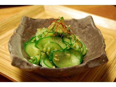 韓国を代表する野菜料理のひとつ。きゅうりを炒めることで、色鮮やかでしゃきしゃきとした食感に。簡単でしかも手軽な食材で作れるのが魅力。毎日のお助け料理としてどうぞ。
