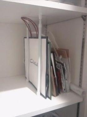 出典kurashinista.jp 紙袋の収納アイデア つっぱり棒を2本使って紙袋を収納しています。どんどん増えてしまいがちな紙袋ですが、収納できるスペースが決まってるので必要以上に紙袋が増えないのも◎ そのアイデア真似したい!♡簡単でお金のかからない収納術・アイデア厳選集 - NAVER まとめ