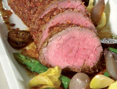 Für den Rindslungenbraten gebraten mit schwarzen Nüssen das Fleisch rechtzeitig aus dem Kühlschrank nehmen und Zimmertemperatur annehmen lassen.