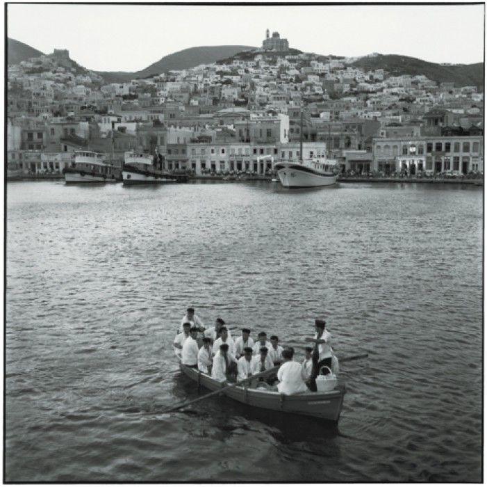 ΣΥΡΟΣ 1954. Πωλητές λουκουμιών φτάνουν στο λιμάνι της Σύρου Πηγή: www.lifo.gr