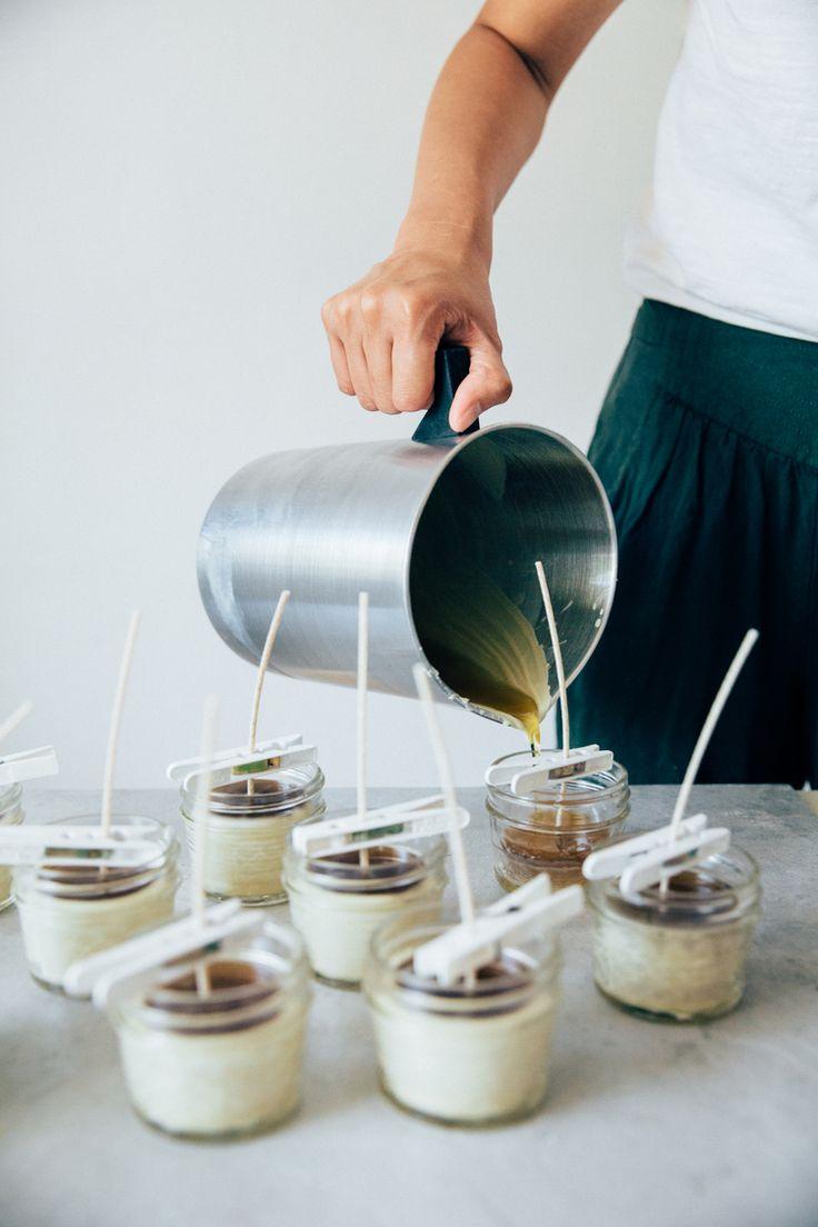 """DIY: bougies à la cire d'abeille. Très bien expliqué mais prenez un contenant non culinaire car la cire """"graisse"""" le contenant."""