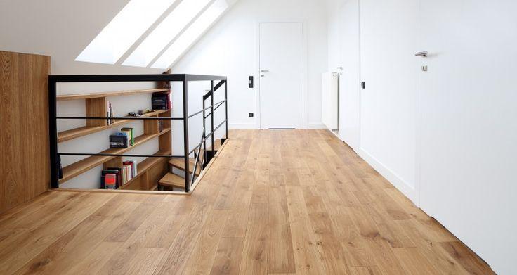 Podłoga marki Walczak wykonana z deski litej. Szczotkowana powierzchnia oraz czterostronna faza podkreśla naturalne piękno drewna.