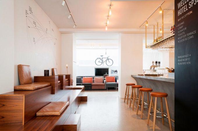 V hotelové lobby je kromě baru a pohodlného posezení i jízdní kolo – oblíbený dopravní prostředek Dánů