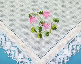 Very well done vintage 1950s handmade embroidered cross-stich weak pink rose flower motive on bone white linen square tablet/ table-cloth. Very good vintage condition but with one very weak hardly notable light yellow spot! SIze: 12 * 12.4 / inch.