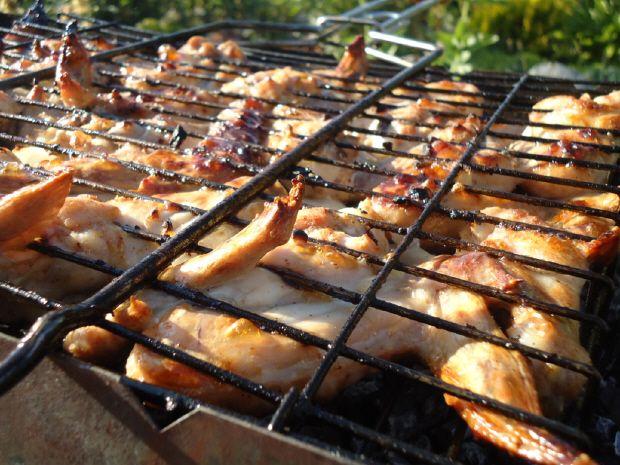Куриные крылья – довольно редкий выбор для шашлыка: обычно для приготовления на костре мы выбираем сочные куриные бедра или нежное филе грудки. И правда, ну какой из крылышек шашлык? Однако так счита…