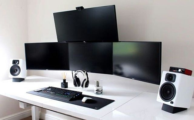 This a great quad monitor setup with an overhead display. Black and white again for the colour theme that makes an overall killer…