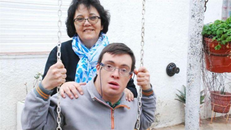 """Con 52 años, Rosa Giuzzardi, de Río Negro, decidió adoptar a Pablo, su ex alumno de 40 años; él la llama """"mamá"""" y llevan a cabo emprendimientos sustentables"""