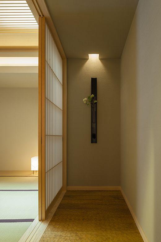 和室につながるなぐり仕上げの踏み込みが、空気感を変える