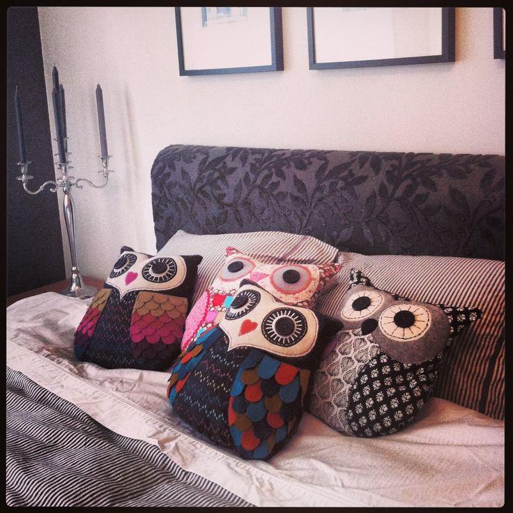 Bed full of owl pillows from Bluebox.se! Ugglor, ugglekuddar www.bluebox.se/uggla
