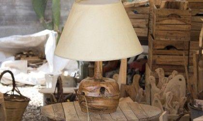 Lampada da tavolo con base in legno d'ulivo, finitura lucida e paralume in telo bianco. Disponibile con paralume in altri colori e finitura naturale.