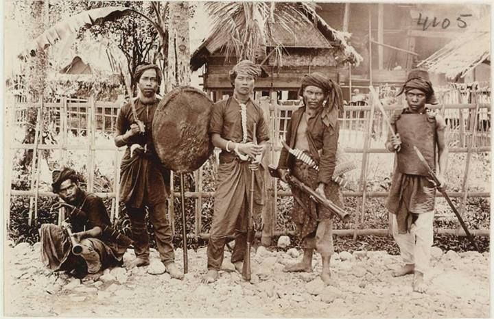 1904 5 armed Gajo's, Aceh Sumatera Indonesia Source, Volkenkunde museum Leiden Holland