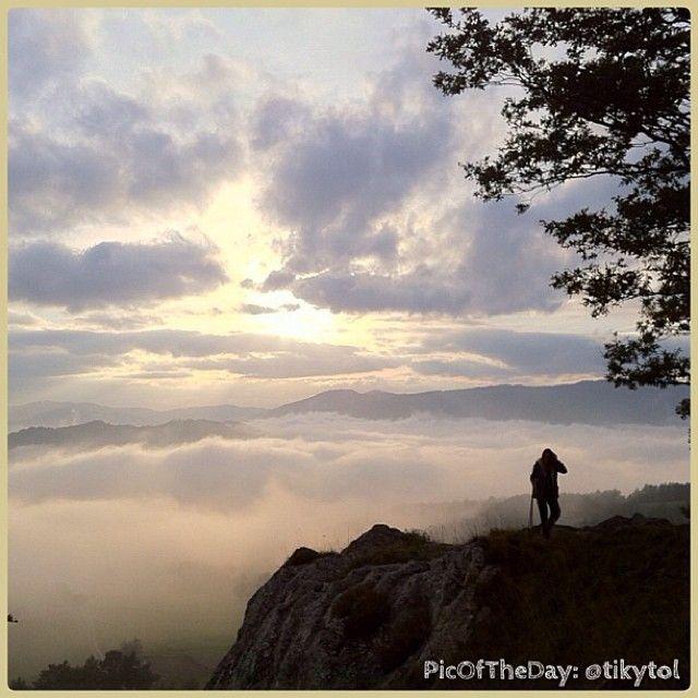 La #PicOfTheDay #turismoer di oggi ci porta nel #Parco del Sasso Simone e Simoncello ad ammirare un incantevole #tramonto sulle vette del #Montefeltro Complimenti e grazie a @tikytol