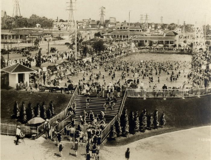 It's September and it's still balmy in Toronto! Here's a 1925 view of the Sunnyside swimming pool to help cool you off. Other images of swimming in Toronto can be found in our Digital Archive here: http://www.torontopubliclibrary.ca/search.jsp?Erp=20&N=38550+38565&No=0&Ntt=swimming+toronto&view=grid