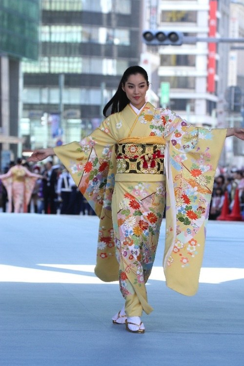 """Long-sleeved kimono is called """"furisode"""", which means """"swinging sleeves""""... Indeed! ^^"""