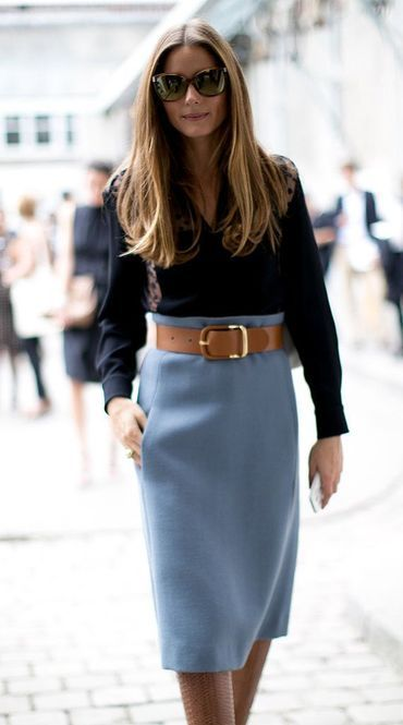 黒シャツにミモレ丈のスカートを合わせてオリビア・パレルモのレトロコーデの参考に❤︎