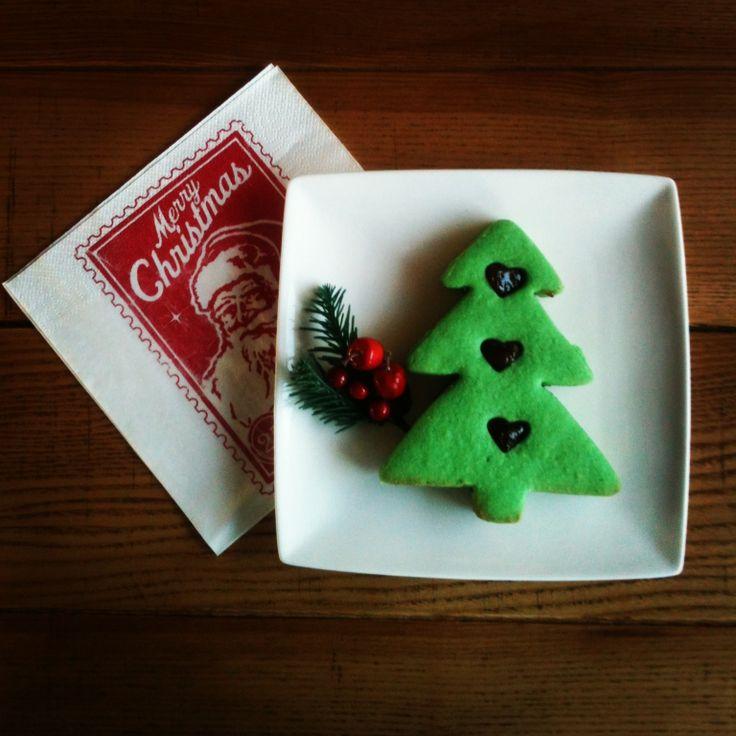 Buon natale! Biscotti al burro fatti in casa farciti con marmellata alle fragole...  Merry Christmas! Homemade butter cookies sandwich filled with strawberry jam...