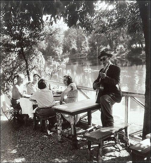 Les bords de Marne, de Willy Ronis. 50 ans de coups d'œil, 65 images inoubliables issues des promenades de Willy Ronis. Le talent d'un photographe et aussi le (...)