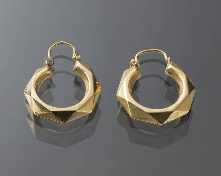 Paar 18-karaats gouden oorringen. Toegeschreven aan Zeeuws-Vlaanderen. Deze oorringen zijn echter niet specifiek voor een bepaalde streek en behoren tot de algemene modedracht.  #Zeeland #ZeeuwsVlaanderen