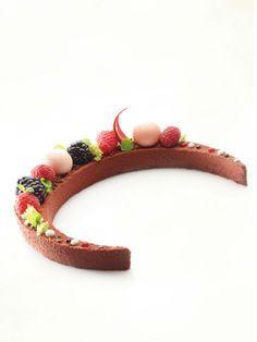 Bereiden:Maak de chocoladebiscuit met frambozen: Klop de eidooiers met de bloemsuiker geleidelijk op in de keukenmachine. Klop daarna het eiwit met de suiker geleidelijk op in de keukenmachine. Roer de frambozenpuree onder het ei-suikermengsel en spatel de opgeklopte eiwitten eronder. Zeef het amandelpoeder, de bloem en cacaopoeder eronder. Roer de gesmolten boter langzaam onder het beslag.