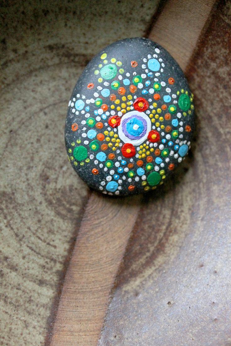 pintura en puntillismo en piedras