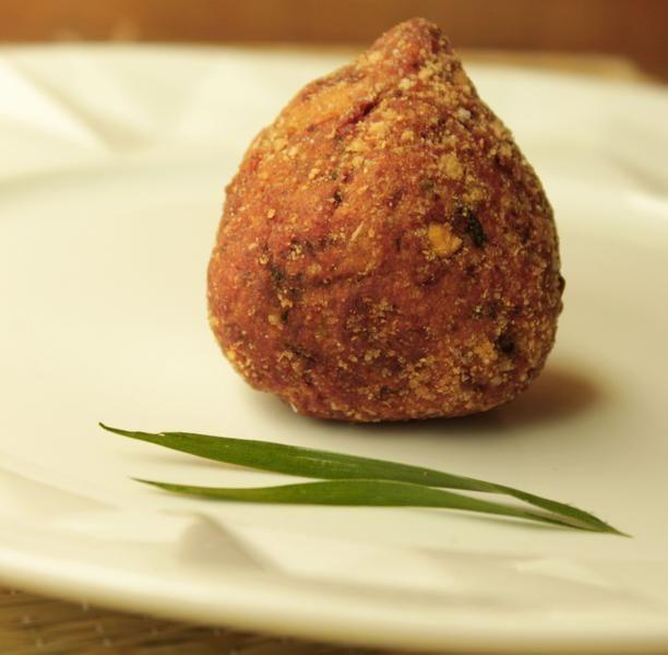 Coxinha vegana, fácil de fazer, com massa temperada e recheio de shimeji.