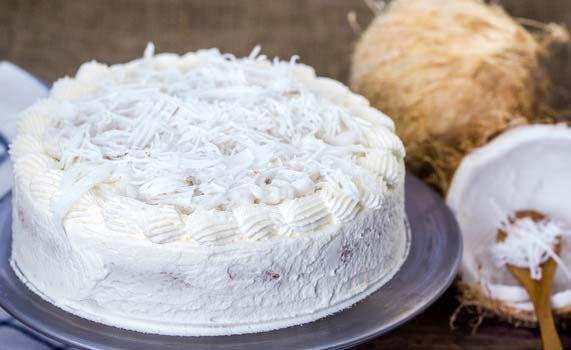Deze witte chocolade kokostaart is heerlijk voor de lente en de zomer. Dankzij de kokos op deze taart waan je jezelf voor even op een tropisch eiland.
