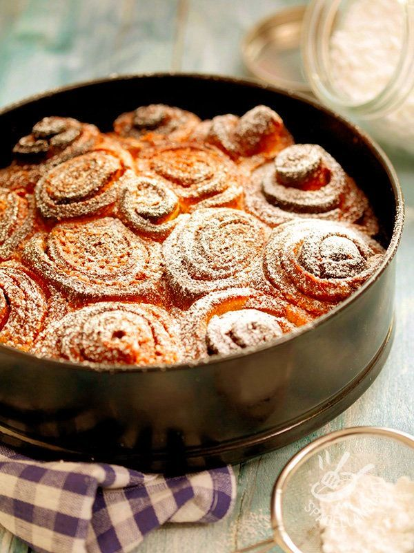 La Torta delle rose è un dolce tipico mantovano: roselline di friabile pasta farcite con crema al burro e uvetta. Una torta soffice e profumata! #tortadellerose