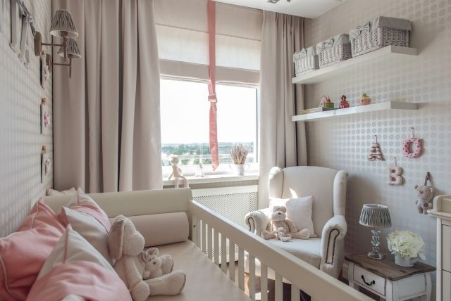 kleines babyzimmer beige rosa tapeten gepunktet schlicht | baby, Deko ideen