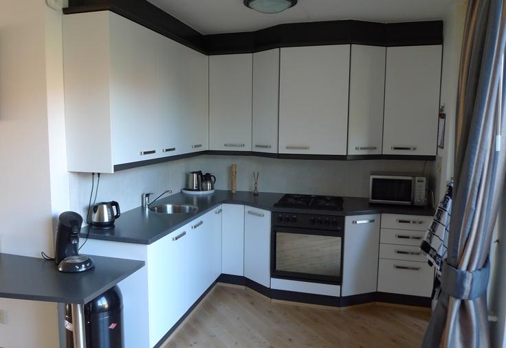 6B Met nieuwe fronten ziet deze keuken er weer verfrissend nieuw uit.