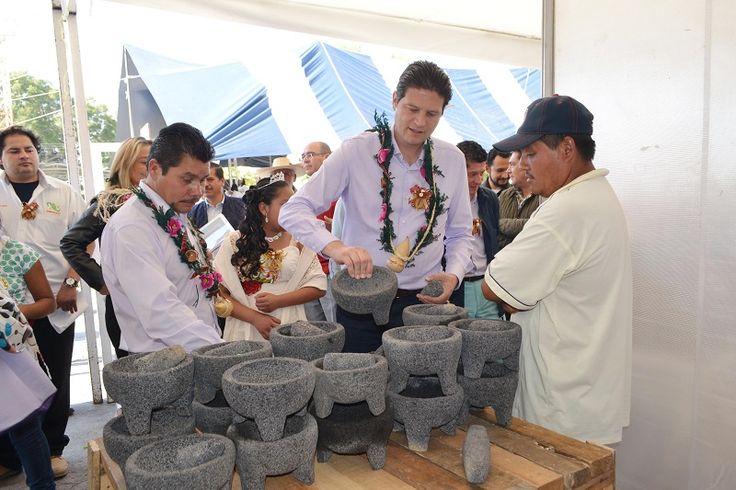 El alcalde de Morelia, Alfonso Martínez, inauguró la tarde de este viernes la primera Feria del Molcajete y el Metate, la cual cuenta con la participación de 80 artesanos quienes ...