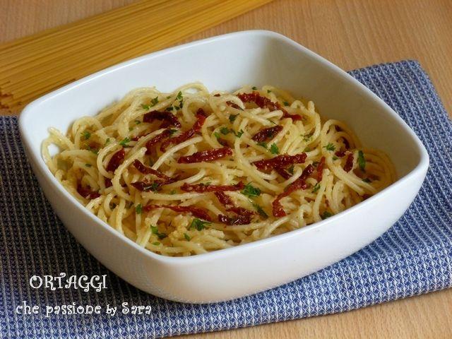 Spaghetti aglio olio peperoncino e pomodori secchi - spaghetti with garlic and chili oil - pasta
