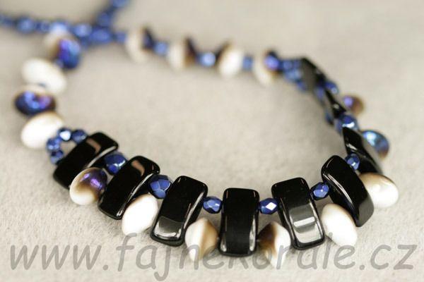 Navlékané Ufo beads, dvoudírové obdélníky a ohňovky. Kateřina Kožušníková pro Fajne korále.