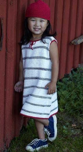 Strik den sødeste sommerkjole med striber a la Pippi Langstrømpes store trøje - du får også opskriften til den røde hat