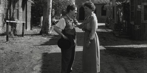 Helen Keller meets Charlie Chaplin in Hollywood in 1919 | 20 Rare Historical Photos (history, rare, photos, war, past) - ODDEE