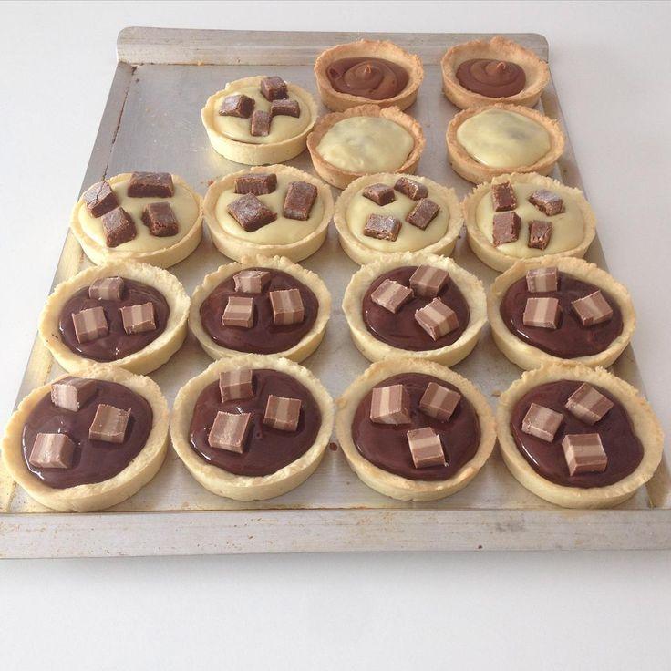 Tranquiiiii yaaa casi estan para el mostrador de HOY!!! . Chocolate blanco y Vauquita o Chocolate negro y Marroc! Abierto de 10.00 de 19.00 hs PEDIDOS de tortas enteras  www.valuramallo.com (  ahí pueden descargar la lista de precios completa) ❤️❤️❤️