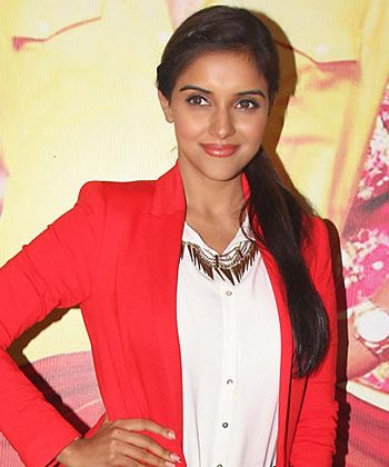 Asin's no show in Bol Bachchan screening creates a new issue!