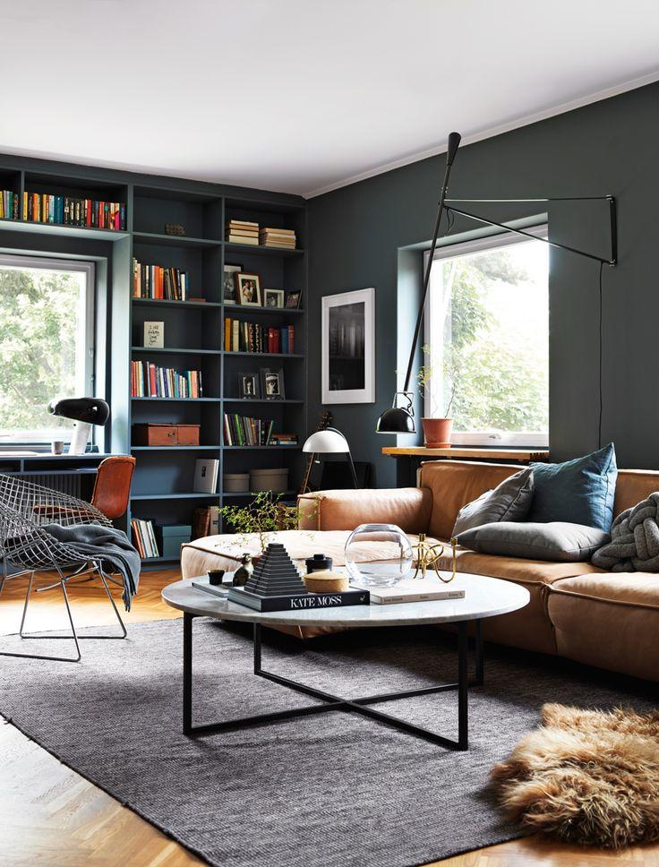 Det mästerliga ljuset ger liv åt interiörer i Ragnar Ómarssons bilder. Så ock i huset där han bor med sin familj. Bland 50 nyanser av grått finns här även ett liv i...