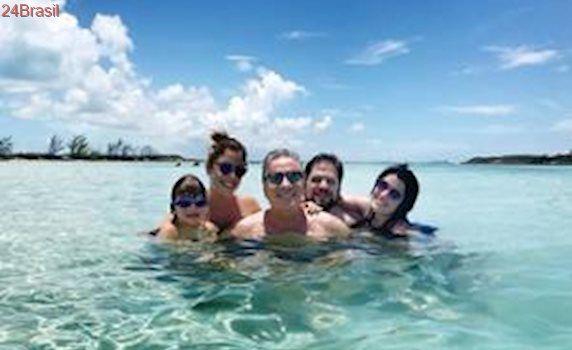 Roberto Justus curte Bahamas com a mulher e todos os filhos