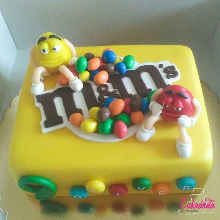 DORT M&M's :-) vanilkový dort s vanilkovým šlehačkovým krémem plněný borůvkami a mandarinkami :-) povrch dortu a ozdoby pravý marcipán a bonbony M&M's :-) #3ddorty #cukrarna #cukrarnaeliska #mms #mmscake #dortmms #marzipan #marzipancake #patisserie